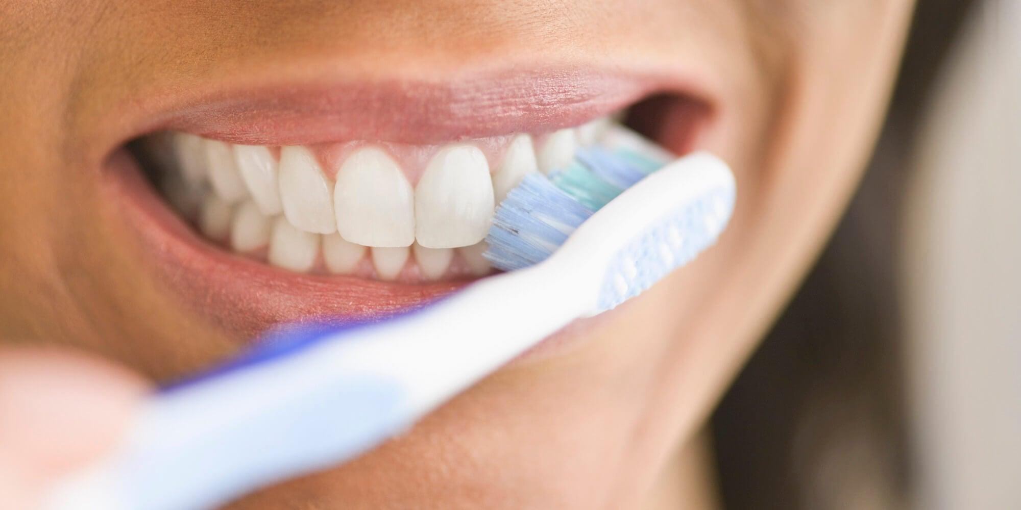 Cepillar correctamente los dientes soluciona los dientes amarillos